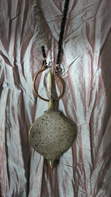 eine alte persische Gemme  gearbeitet als lange Kette