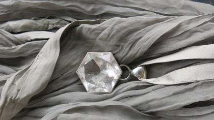 Bergkristall an Seidenband