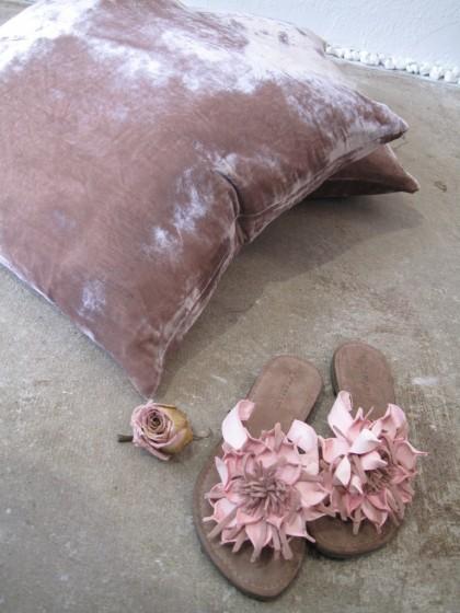 Ruhekissen aus samtiger Seide....Blumensandalen...